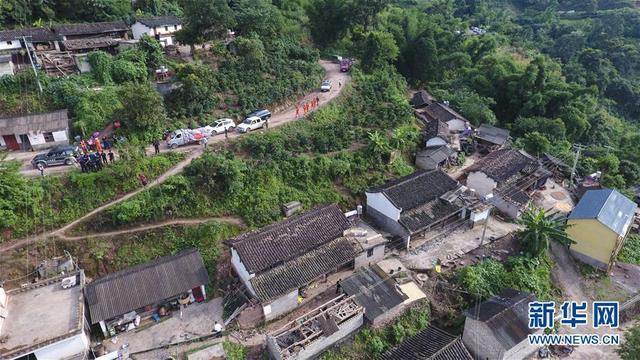9月8日,救援人员在震中通关镇丙蚌村展开工作(无人机拍摄)。