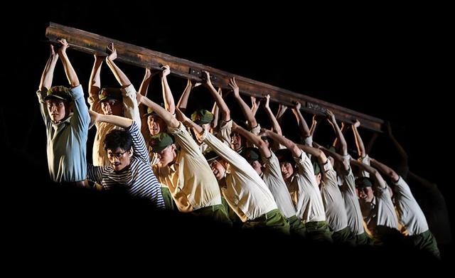 7月11日,演员在舞剧《天路》中演出。 7月11日晚,由国家大剧院、吉林市歌舞团创作的舞剧《天路》在昆明演出,拉开了第十二届全国舞蹈展演的帷幕。据了解,此次将集中展示全国舞蹈创作近年来取得的优秀成果,共有80个节目、5部舞剧参演,时间持续至7月21日。新华社记者 蔺以光 摄