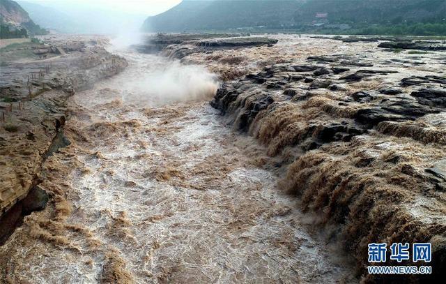 这是8月4日在山西临汾吉县航拍的黄河壶口瀑布。受近日汛期影响,黄河壶口瀑布水量暴涨,气势磅礴。 新华社发(刘宏达 摄)