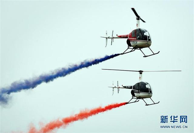 5月25日,航空运动爱好者在进行特技飞行表演。当日,为期3天的第十届安阳航空运动文化旅游节在河南安阳市开幕。来自海内外的航空运动爱好者带来特技飞行、飞机跳伞、动力伞、热气球等精彩表演。新华社记者 李安 摄