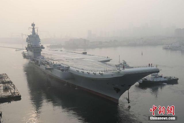 5月13日,中国首艘国产航母从大连造船厂码头启航,赴相关海域执行海上试验任务,主要检测验证动力系统等设备的可靠性和稳定性。 李刚 摄