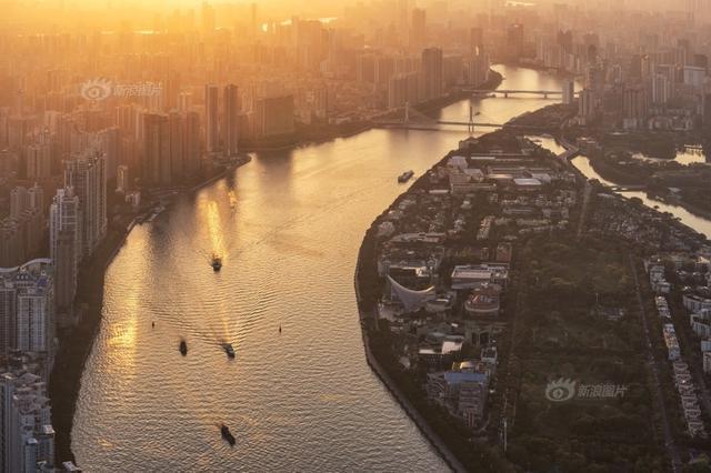 """由新浪爱拍发起的""""寻找城市之光""""2018年3月评选出炉!最佳作品奖价值999元天利光学MRC C-PL77mm偏振镜及证书。 月选最佳作品:《日光倾城》 摄影:@AdolescentChat 时间:2018.3.9 地点:广州塔 落日的红光撒向广州城,满城温暖,蜿蜒到尽头的珠江水道上,船只迎着光,顺流而下。"""