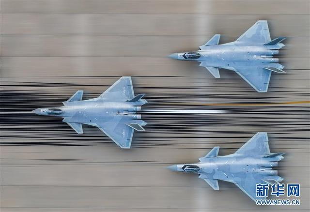 中国空军歼-20战机进行飞行训练(资料照片)。在11月6日至11日即将举办的第12届中国航展上,空军多架歼-20战机将以新涂装、新编队、新姿态进行飞行展示。新华社发(李韶鹏 摄)