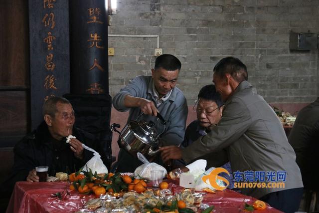 今天是大年初一,在东坑镇彭屋村,依照村中老一辈传下来的习俗, 60岁以上的男丁再一次齐聚彭氏大宗祠,一起吃包、喝茶话当年。