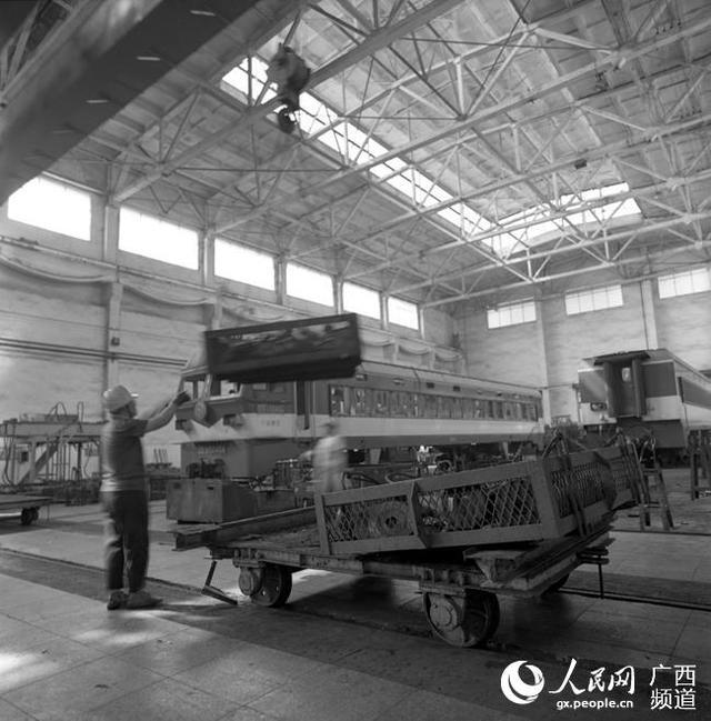 起吊吊篮,运送零件(2018年8月蒋建雄摄)