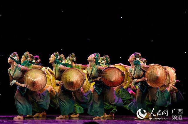 """9月11日晚,第12届""""红铜鼓""""中国—东盟艺术教育成果展演第二场专题晚会在广西南宁精彩上演。图为由广西大学艺术学院带来的群舞《田间·斗笠》。"""