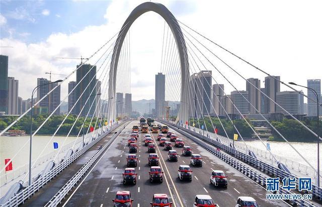 9月28日,广西柳州市生产的汽车编队从白沙大桥上经过(无人机拍摄)。当日,由中铁上海局承建的广西柳州白沙大桥建成通车。新华社发(黎寒池 摄)