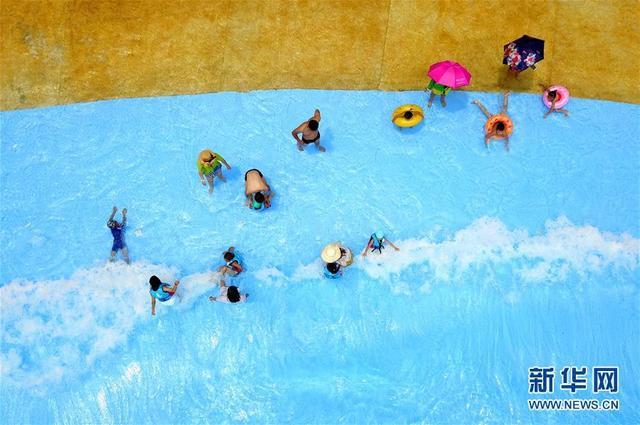 8月3日,游客在广西柳州克里湾水乐园里戏水消暑。  广西柳州市气温多日居高不下,市民们纷纷选择戏水的方式消暑。  新华社发(黎寒池 摄)