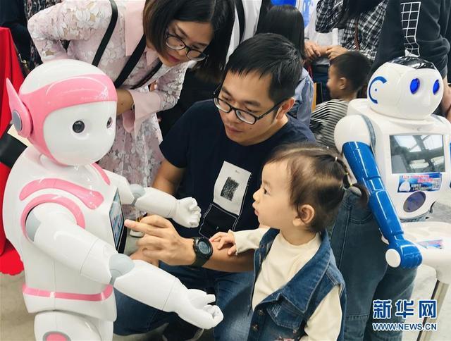 机器人、无人机、VR技术……10月26日至28日在广西南宁国际会展中心举行的2018广西工业和信息产品展示会上,代表着高科技发展方向的新兴产业吸引众多市民的目光。10月28日,市民在广西南宁国际会展中心与一款教育机器人互动。 新华社记者 周华 摄