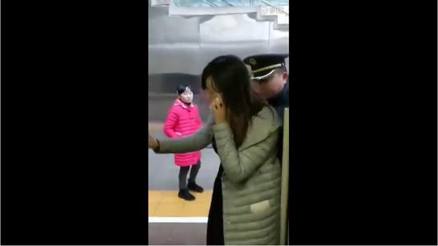 """9日,一条女士疑似阻挡高铁关门的视频走红网络。合肥南站派出所宣教处工作人员向封面新闻记者证实,该事件发生于1月5日,事发地位于安徽合肥南站。""""据我们从网上掌握的情况,该女子行为导致车门晚关闭的车次为G1747次列车。"""