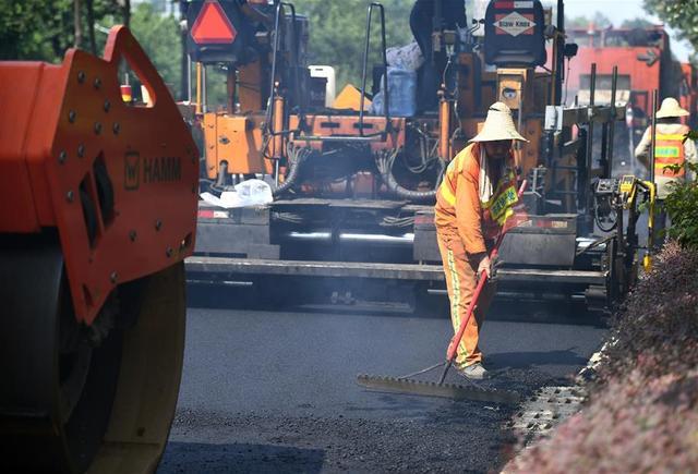 """连日来,广西柳州市持续发布高温橙色预警信号。烈日炎炎的夏日,正是浇筑沥青、修补路面的最佳季节。在热浪滚滚的道路施工现场,筑路工人们要同时经受烈日、沥青、机械的三重""""烘烤"""",他们坚守在施工一线,为城市行车安全保驾护航。"""