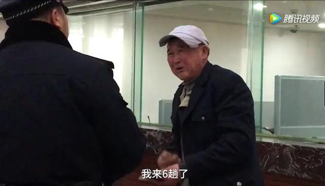 """他,今年58岁,来自安徽宿州,在上海做绿化工作。这已经是他第6趟来火车站排队买回家的票了,还是无功而返。工作人员告诉他,要上网去买,大爷无奈地说:""""网上买俺不会。""""大爷的女儿在苏州打工,有私家车,但是大爷表示不想麻烦女儿。"""