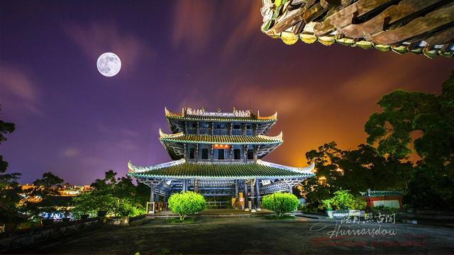 """第十届中国(玉林)中医药博览会将于9月14日-16日举行。作为""""药都"""",这里的药材毫不逊色,八角、肉桂、鸡骨草等10多个岭南特色中药材以及1000多种野生中药材都在这片土地上汲取养分、扎根生长。而作为旅游胜地,玉林的风景同样迷人。图为真武阁夜景"""
