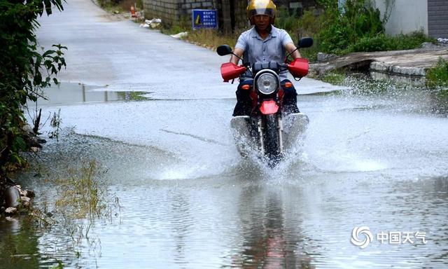 中国天气网广西站讯 8月3-8日,广西隆林县出现了持续性强降雨天气过程,大部地区过程累计雨量达100毫米以上,局部超过200毫米,最大降雨量是介廷乡达到 286.1毫米。强降雨造成部分民房受淹,沿河局部低洼水稻、玉米被洪水冲倒,多处公路塌方和路基坍塌,导致通行困难。(图文/尹华军)