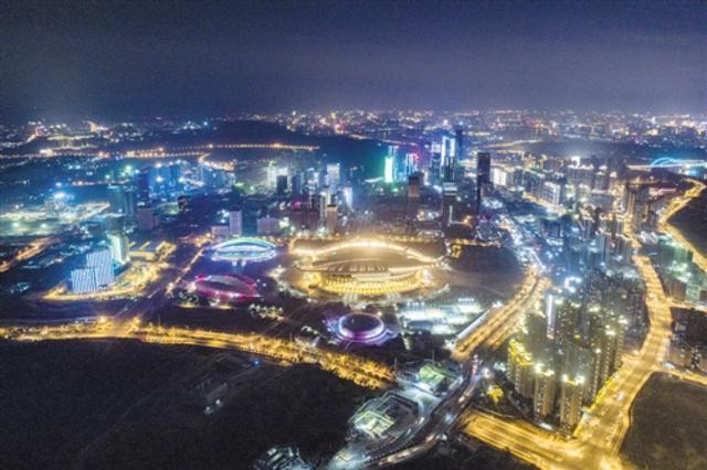 南宁市从8月31日起至10月7日,开启全市的景观亮化设施。不只是埌东片区,五象新区的景观亮化也同样流光溢彩。(南宁晚报 段柳健 程勇可 摄 )