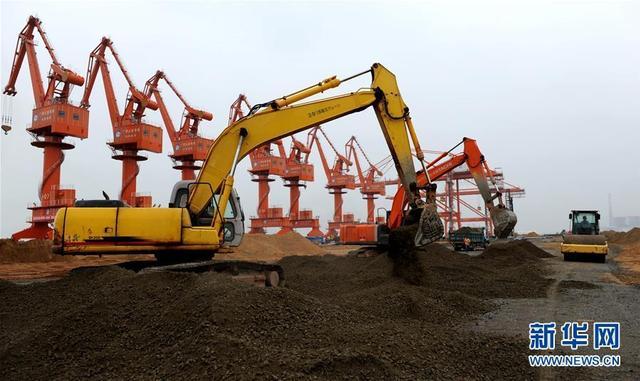 """地处我国西南边陲的广西钦州港抓住""""一带一路""""机遇,借助广西北部湾经济区开放开发的东风,已发展成为我国西南重要的出海通道。目前,钦州港港口吞吐能力突破亿吨大关。这是钦州保税港区建设之初的场景(2009年10月15日摄)。"""