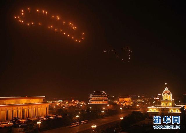 """十年弹指一挥间,2008年8月8日北京奥运会开幕的盛况仿佛犹在眼前,2022年北京冬奥会就像踩着十年前那个夜晚北京城上方的""""大脚印""""一样,一步一步坚定走来。这是2008年8月8日拍摄的天安门广场上空燃放的北京奥运会开幕式焰火《历史足迹》上的""""脚印""""。 新华社记者郝远征摄"""