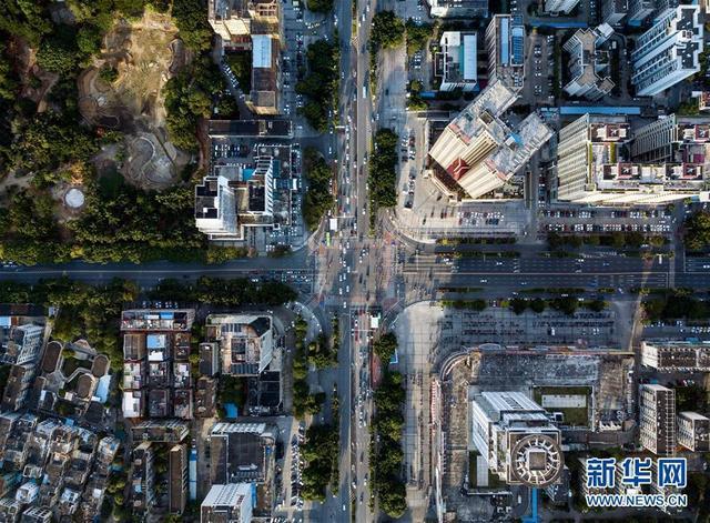 """广西北海市是中国首批沿海开放城市之一,也是古代海上丝绸之路始发港之一。借助""""一带一路""""倡议和区位优势,北海市走出一条开放、创新的发展之路。新华社记者 李鑫 摄"""