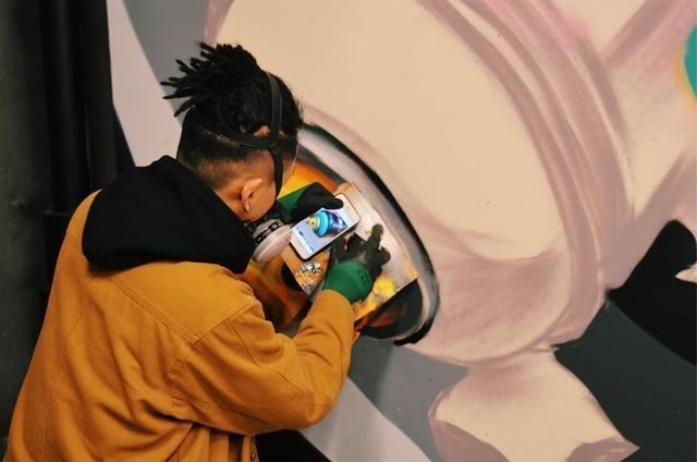 """12月27日晚,地铁运营结束后,一群打扮新潮的涂鸦师出现在地铁1号线朝阳广场站开始涂鸦创作。为致敬地铁1号线开通一周年,这场名为""""玩嘢oneyear——南宁地铁涂鸦文化节""""的活动从26日持续到明年1月18日。来自MTS等国内顶尖团队的涂鸦师们将在万象城站、朝阳广场站等5个站点完成涂鸦创作,是全国首例在地铁空间进行的大型涂鸦。你期待看到他们的涂鸦作品吗?(摄影:微博@泡芙蛋糕咻)"""