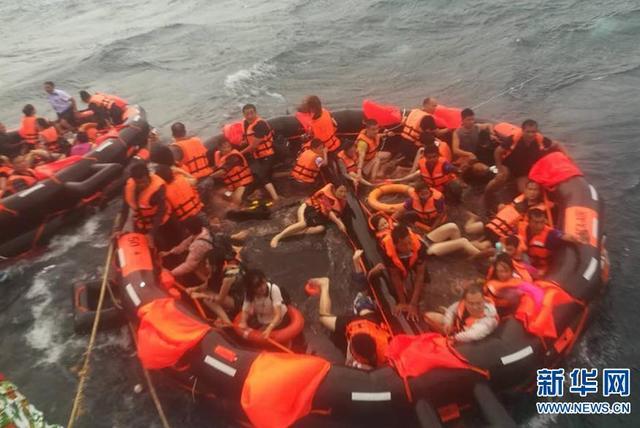 7月5日下午17点45左右,两艘载有127名中国游客船只返回普吉岛途中,突遇特大暴风雨发生倾覆。据普吉海事局、水警局通报,截至7月6日凌晨4时,普吉府翻船事故已造成1名中国游客溺亡,另有53人失踪,其中50人为中国公民。76名中国游客获救。图为7月5日,在泰国普吉府普吉岛附近海域,翻船事故中游客被救起。新华社发