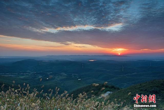 10月3日清晨,湖北荆门圣境山出现难得一见的朝霞景观,万丈霞光映照着漫天的七色云彩,景色耀眼夺目,唯美壮观。彭琦 摄