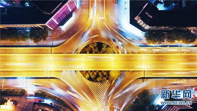 图为航拍航空路立交桥。航空路立交桥位于汉口解放大道航空路至新华路段,为三层立交桥。整个立交桥全长3050米,是武汉市第一座多层立交桥。( 欧阳小洁 摄)