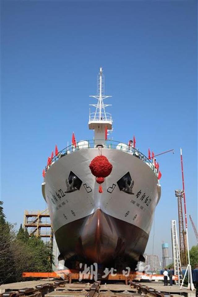 """""""向阳红22""""轮由中船重工第七〇一研究所设计,武船集团负责建造,是我国首艘大型浮标作业船,具备收放直径10米、自重60吨大型海洋监测浮标的能力。它的建成将打破我国在大型浮标和潜标布放、回收、抢修等海洋监测保障工作中的装备瓶颈,为我国构建全球海洋立体观测网夯实基础。"""