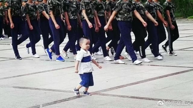 新生开学军训季,在武汉生物工程学院发生了这么可爱一幕。