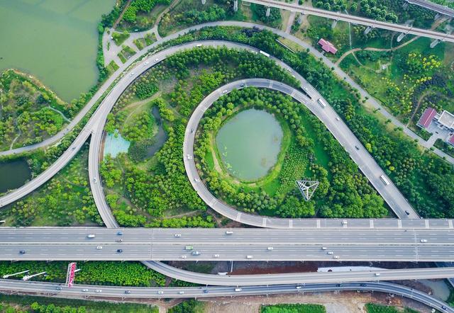 历经多年筹备建设,总投资4.26亿元的戴家湖公园于2015年5月建成对外开放。戴家湖公园的建成成为我市半世纪来从原生态到破坏再到恢复生态的例证之一,是青山区从工业文明走向生态文明的缩影。王建华-新华社摄影部社会部主任(青山之眼)