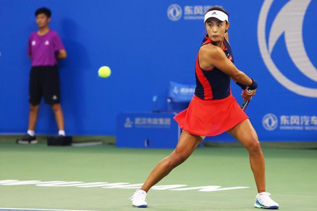 北京时间9月27日,中国选手王蔷继续强势表现,以2-0横扫奥运冠军普伊格,昂首挺进武网四强。这是王蔷个人职业生涯首次打入WTA超五赛的半决赛,也刷新了由王蔷本人前一天创下的中国选手武网最佳战绩。(新浪湖北/陈智通 摄)