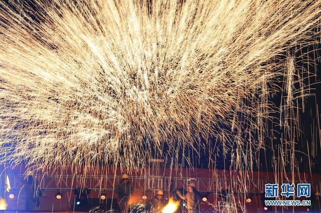 2月8日,艺人在表演打铁花。当日,山西省大同市举行打铁花大型民俗表演,营造浓浓的年味。新华社发 任雪峰 摄