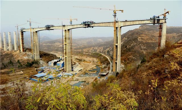 11月8日,中交隧道局承建的和邢铁路宋家庄川特大桥连续钢构顺利合龙。记者杜柏桦 通讯员邱林摄影报道