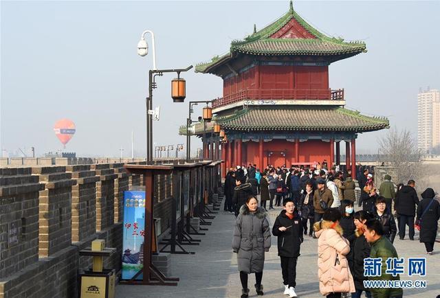2月11日,游客在石家庄市正定古城游玩。春节期间,河北石家庄正定古城吸引各地游客前来观光游览,感受浓浓的年味儿。新华社发(张晓峰 摄)