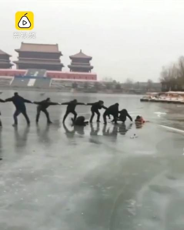 1月7日下午,河北唐山还乡河上,母子三人滑冰时冰层断裂,三人掉落冰窟。水有2米多深,情况危急。发现险情后,正在附近游玩的20位男女老少,手拉手自发组成一条人链,成功帮母子三人脱险。图文:梨视频 河北卫视