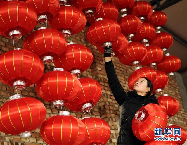 1月9日,河北省任县骆庄乡达二村村民晾晒大红灯笼。 春节临近,人们忙着制作节庆用品、手工艺品等,喜迎新春佳节。