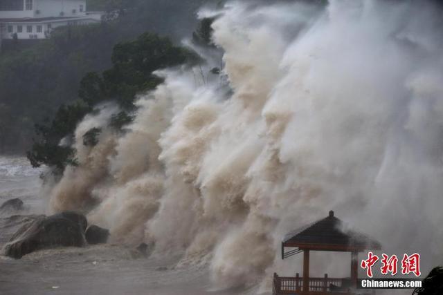 """今年第8号台风""""玛莉亚""""于11日9时10分在连江沿海登陆。据福建省防汛办11日消息,登陆时中心附近最大风力14级(42/秒,强台风级),中心最低气压960百帕。图为7月11日,受今年第8号强台风""""玛莉亚""""的影响,浙江温州苍南渔寮金沙滩海域掀起巨浪。中新社发 柯宗清 摄"""