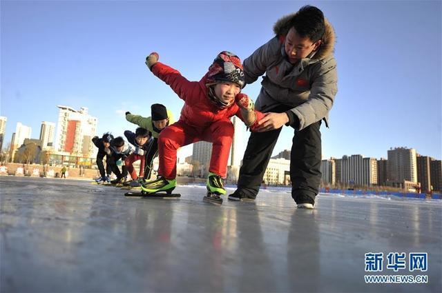 1月29日,学生在教练的指导下练习速度滑冰基础动作。寒假来临,河北省承德市冰上训练中心吸引了众多青少年,孩子们到此学习速度滑冰,体验冬季冰上运动带来的乐趣。 新华社发(王立群 摄)
