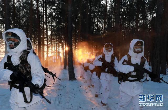 """驻守在漠河县北极村的北部战区陆军某部官兵巡逻间隙展开训练(2月5日摄)。他们与寂寞为伍,他们与风雪搏斗,他们是边境上的""""极地白杨"""",他们是祖国最北端的戍边壮士。临近春节,记者在风雪交加中来到黑龙江省大兴安岭地区漠河县北极村,走进中国最北的边防哨所,记录北极哨兵守卫边境安宁的铿锵脚步,感受他们""""最冷""""""""最北""""的热血忠诚。新华社记者 李刚 摄"""