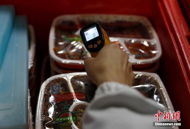 2月2日深夜,工作人员在北京京铁列车服务有限公司生产基地工作。这个基地占地4万多平方米,投资5亿余元,内部共有食品生产加工设备7000多台,负责北京铁路局100多对高铁列车的餐食生产。 中新社记者 刘关关 摄