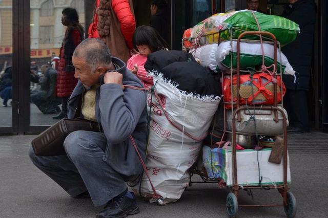 2月9日下午,64岁的王大叔走出衡阳火车站,这次他是从湖北荆州老家出发,先坐汽车到岳阳,然后从岳阳坐火车来到衡阳的儿子家过年。跨两省,转三次车,耗了十多个小时,随身携带了200多斤年货(家乡特产),只为与家人团聚过大年。(来源:视觉中国)