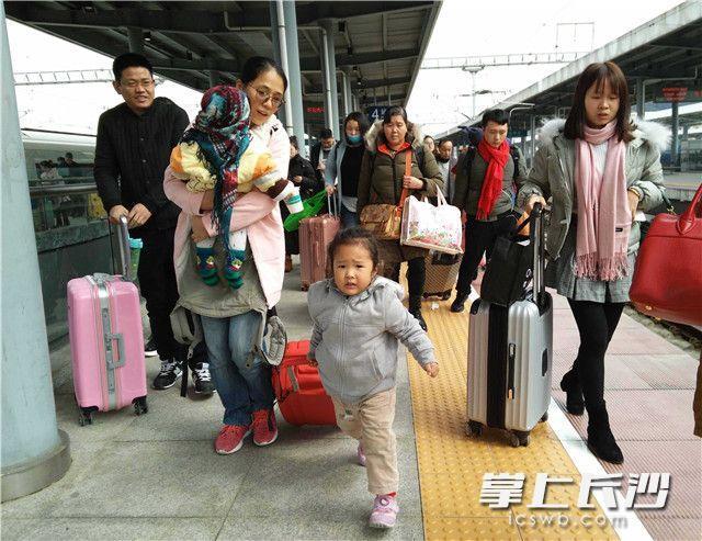 """长沙晚报掌上长沙2月12日讯(记者 贺文兵 通讯员 丁勇 摄影报道)今日是农历大年二十七,在外打拼的人们拖儿带女踏上了回家过年的归途。当天,记者在长沙火车站南来北往的列车上看到,和父母一起回家过年的小孩子脸上,个个洋溢着兴奋和期盼。不论回家的路多么遥远、多么辛苦,""""有钱没钱,回家过年""""的传统观念一直根植每一个中国人的心里,""""团团圆圆过大年,红红火火闹新年"""",是每个中国人心中最幸福最快乐的心结。"""