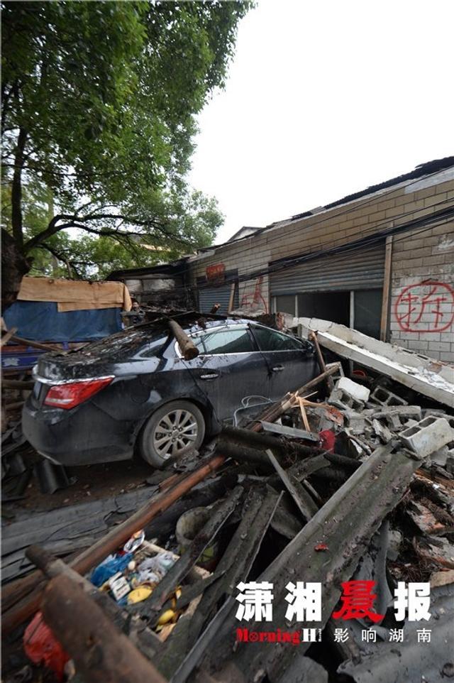 11月14日凌晨,长沙雨花区老花侯路发生一起高空坠物砸车事件:一长10 多米的水泥遮阳板(屋檐雨棚)从空中坠落,将一台20 多万的别克君越砸烂,同时将一台三轮车砸坏,其中一睡在房内的民工被石棉瓦砸了脚,幸好无骨折,目前,被砸车辆的老板已经向警方报了警。