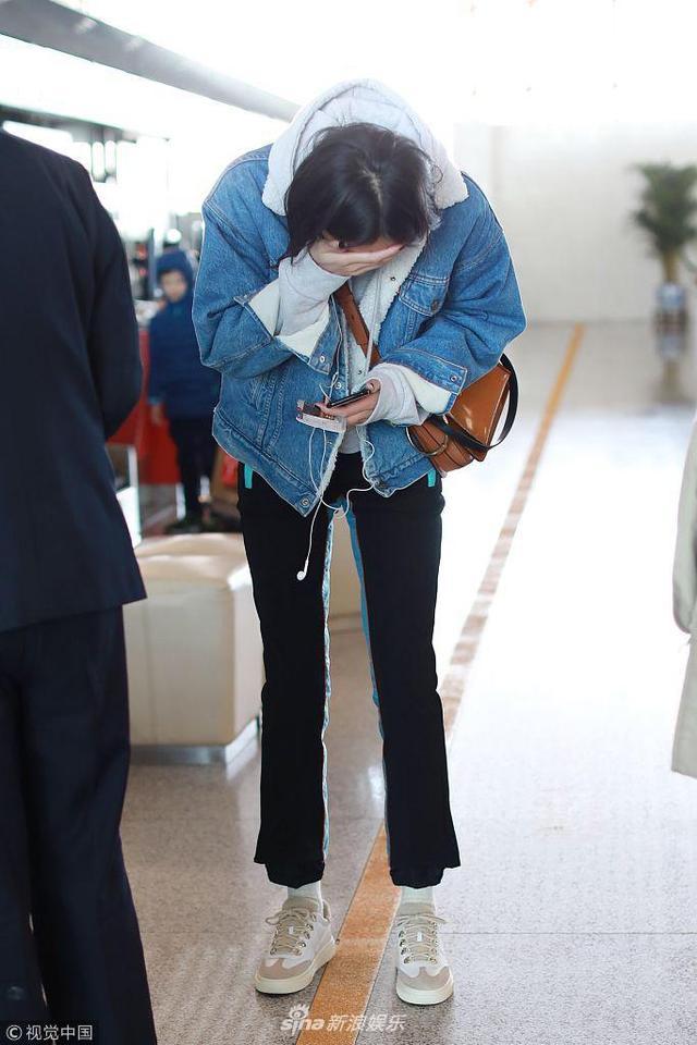2018年2月7日,刘雯从北京机场飞抵上海机场,在北京机场因机场原因被退现金,让她捂嘴笑弯了腰。当天她推着超大size旅行箱化身女汉子,捂嘴灿笑,好心情感染众人。