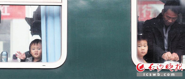 """农历腊月二十七,在外打拼的人们拖儿带女踏上了归途。当天,记者在长沙火车站南来北往的列车上看到,和父母一起回家过年的小孩,脸上洋溢着兴奋和期盼。""""团团圆圆过大年,红红火火闹新年"""",是每个中国人心中最幸福最快乐的事。 长沙晚报记者 贺文兵 通讯员 丁勇 摄影报道"""