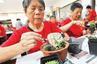 苏州一社区组织老人制作盆景