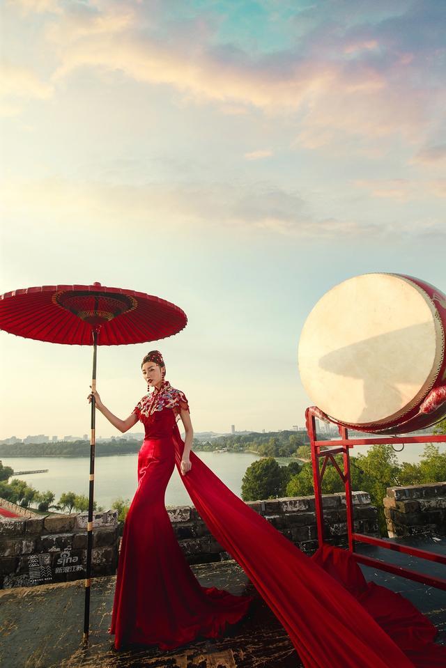 """""""南京新娘""""是2017世界知名城市""""南京周""""三大品牌项目之一,由世界知名城市南京周主办,新浪江苏承办,活动通过全民参与性的温情互动活动,重新认识和传承南京传统文化,用爱的名义,向世界讲述南京故事。拍摄:费蕴山工作室"""