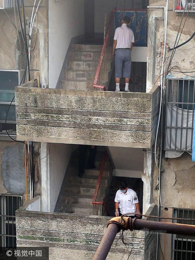8月10日凌晨,王巷新村小区发生一起悲剧,一名男子在5楼楼道顶部一根水管上寻短见,被救下时已无生命体征。采访时多位居民介绍,上吊男子患有肝病,怀疑寻短见和不堪病痛有关。
