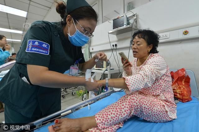 2017年8月7日,沈阳,记者赶到医院,对受伤的驴友进行采访。6日,20多名驴友在辽阳灯塔西大窑镇燕州城风景区内,遭到雷击,其中6人当场昏迷。