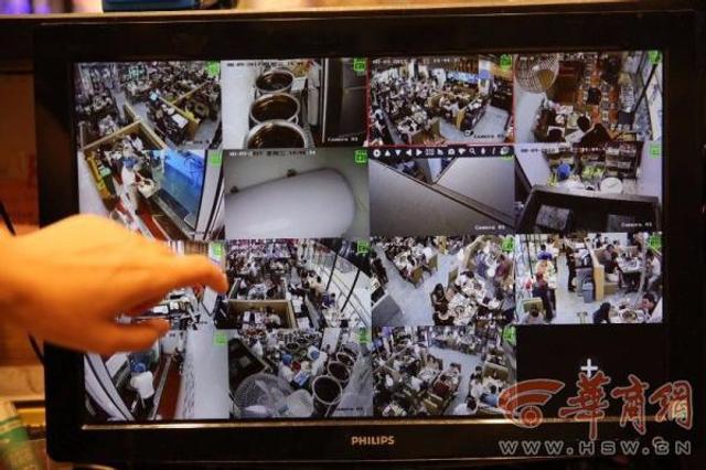 """8月8日晚21时19分,四川阿坝州九寨沟县发生7级地震,西安震感强烈。西安小寨一商业体——赛格国际购物中心餐饮区许多人因逃生,未付就餐费,高达6万余元。据商场工作人员杜女士称,损失几乎全部来自餐饮区。""""尽管大部分都是那些与8日的地震危险一起""""消失""""的顾客。但还是有返回来付款的顾客,他们或在地震结束后立刻返回餐厅结账,或在第二日(9日)来结账,或给商家来电称有时间一定来结账。""""杜女士称,""""在对所有商场员工的入职消防培训中,我们反复强调遇到地震等不可抗因素,要先引导顾客疏散。所以,8日晚地震发生时,没有出现强迫顾客埋单,也从未怪罪过因地震而未结账离开的顾客。当然,我们还是希望在危险结束后,他们能在方便的时候回来结账。""""华商记者付启梦 实习生杨苑/文邓小卫/图"""