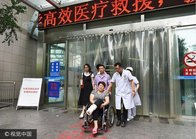 2017年8月11日,第一位地震转院伤员从四川绵阳市中心医院转院离开,将回到家乡青岛进一步治疗。